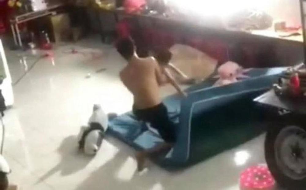 Vụ bé trai bị đánh đập dã man ở Bình Dương: Ai quay clip sự việc? - Ảnh 1.