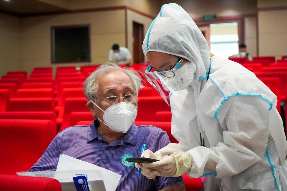BS Bệnh viện Đại học Y Dược TP HCM khuyến cáo: 2 nhóm người không nên tiêm vắc xin Covid-19 Moderna - Ảnh 1.