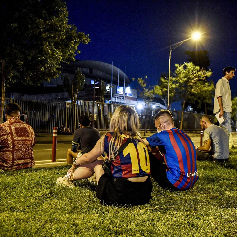 Fan Barcelona khóc thảm thiết trước cửa sân Nou Camp khi nghe tin Messi dứt áo ra đi - Ảnh 7.