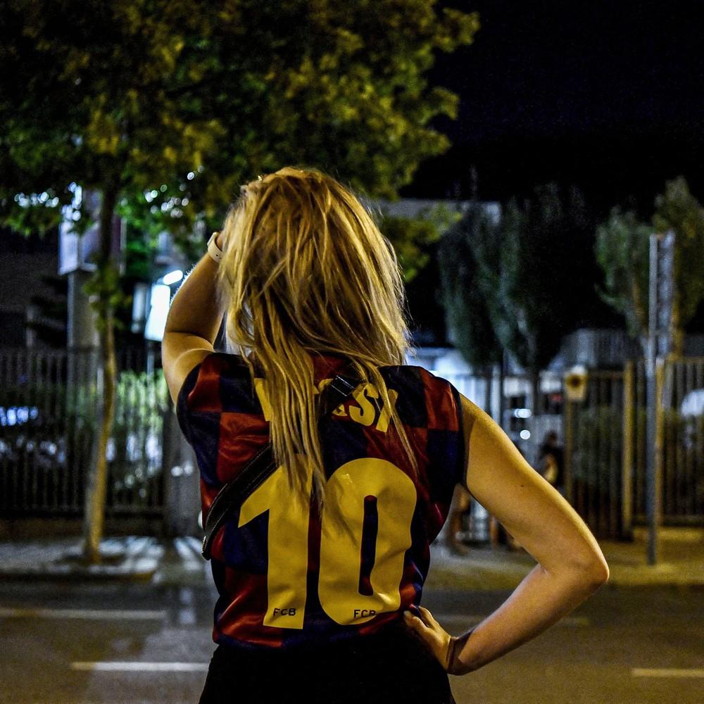 Fan Barcelona khóc thảm thiết trước cửa sân Nou Camp khi nghe tin Messi dứt áo ra đi - Ảnh 8.