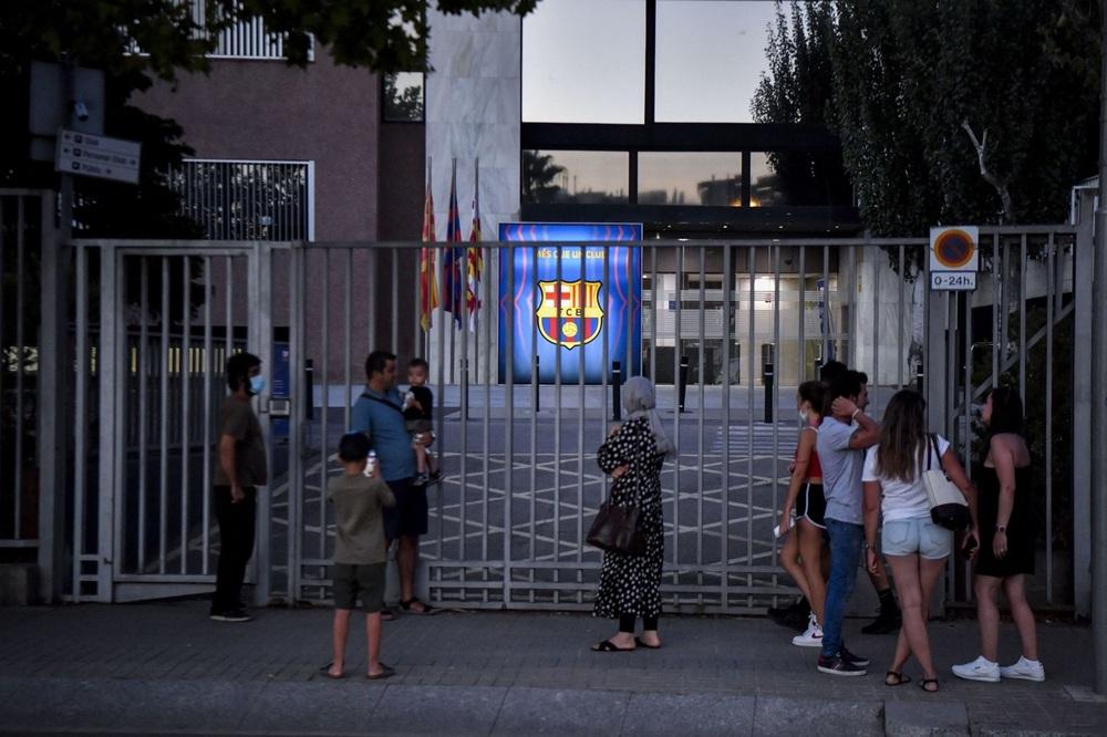 Fan Barcelona khóc thảm thiết trước cửa sân Nou Camp khi nghe tin Messi dứt áo ra đi - Ảnh 4.