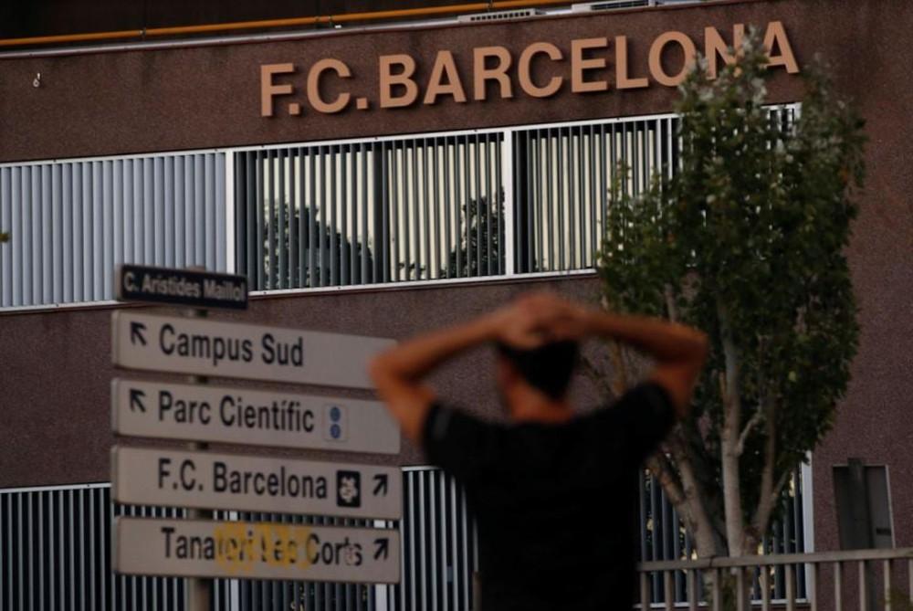 Fan Barcelona khóc thảm thiết trước cửa sân Nou Camp khi nghe tin Messi dứt áo ra đi - Ảnh 2.
