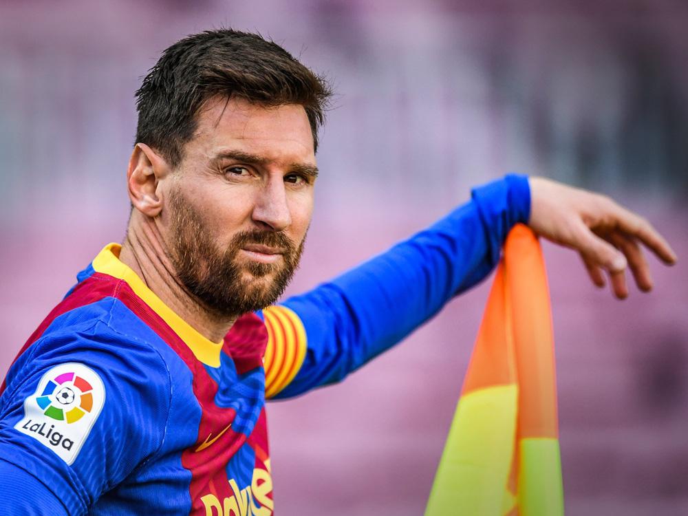 Fan Barcelona khóc thảm thiết trước cửa sân Nou Camp khi nghe tin Messi dứt áo ra đi - Ảnh 1.