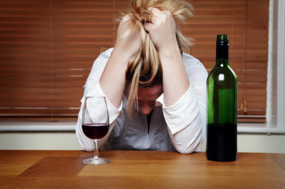 Dấu hiệu đỏ cảnh báo bạn đang uống quá nhiều rượu - Ảnh 2.