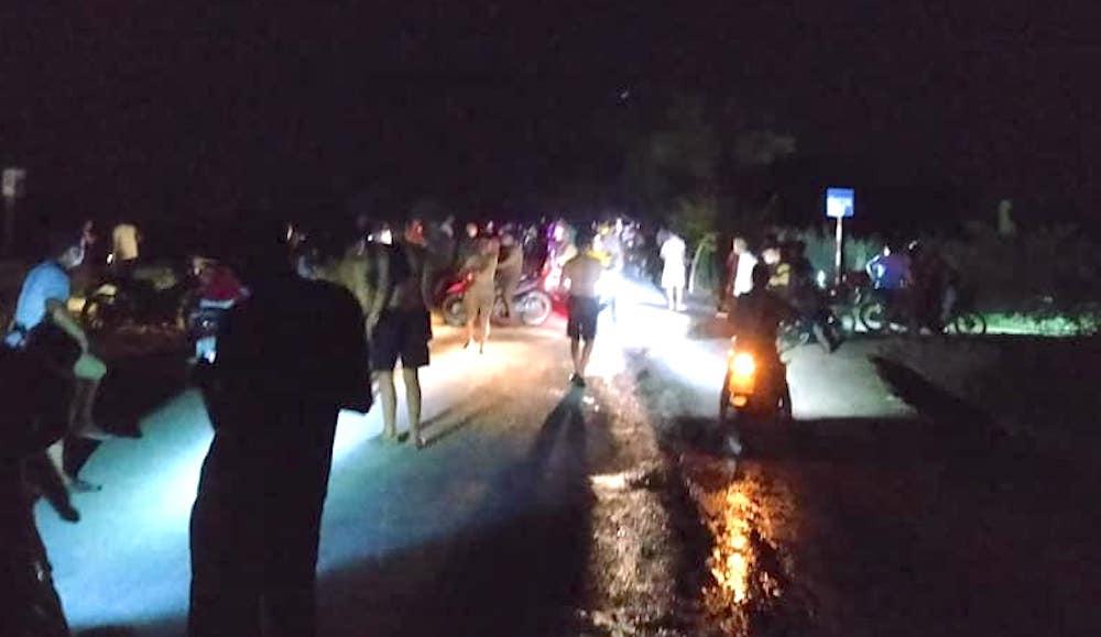Cả xóm tập trung tìm kiếm bé 6 tuổi đạp xe đi chơi bị ngã xuống mương nước gần nhà - Ảnh 1.