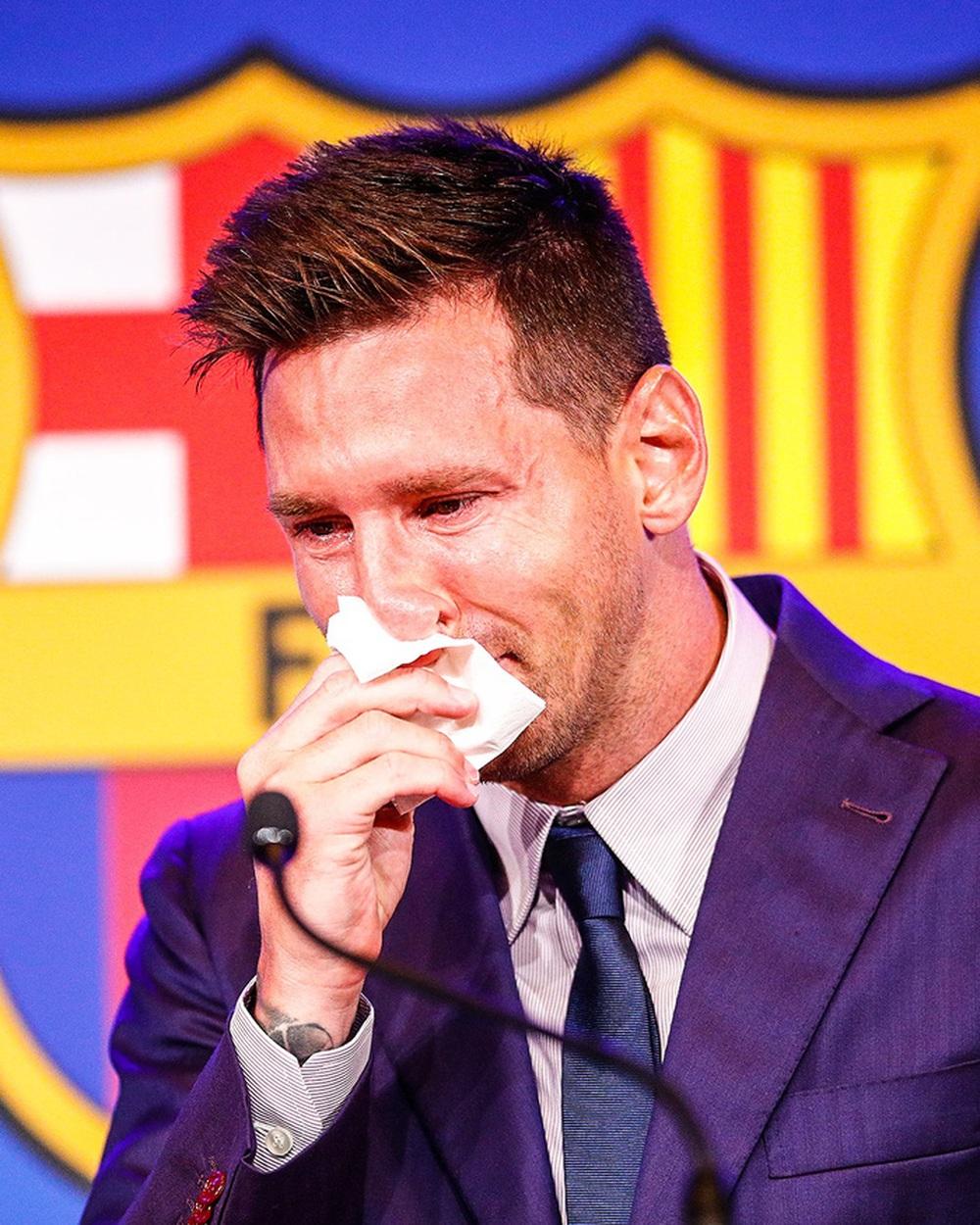 Messi khóc nức nở ngay khi bước vào buổi họp báo chia tay Barcelona - Ảnh 1.