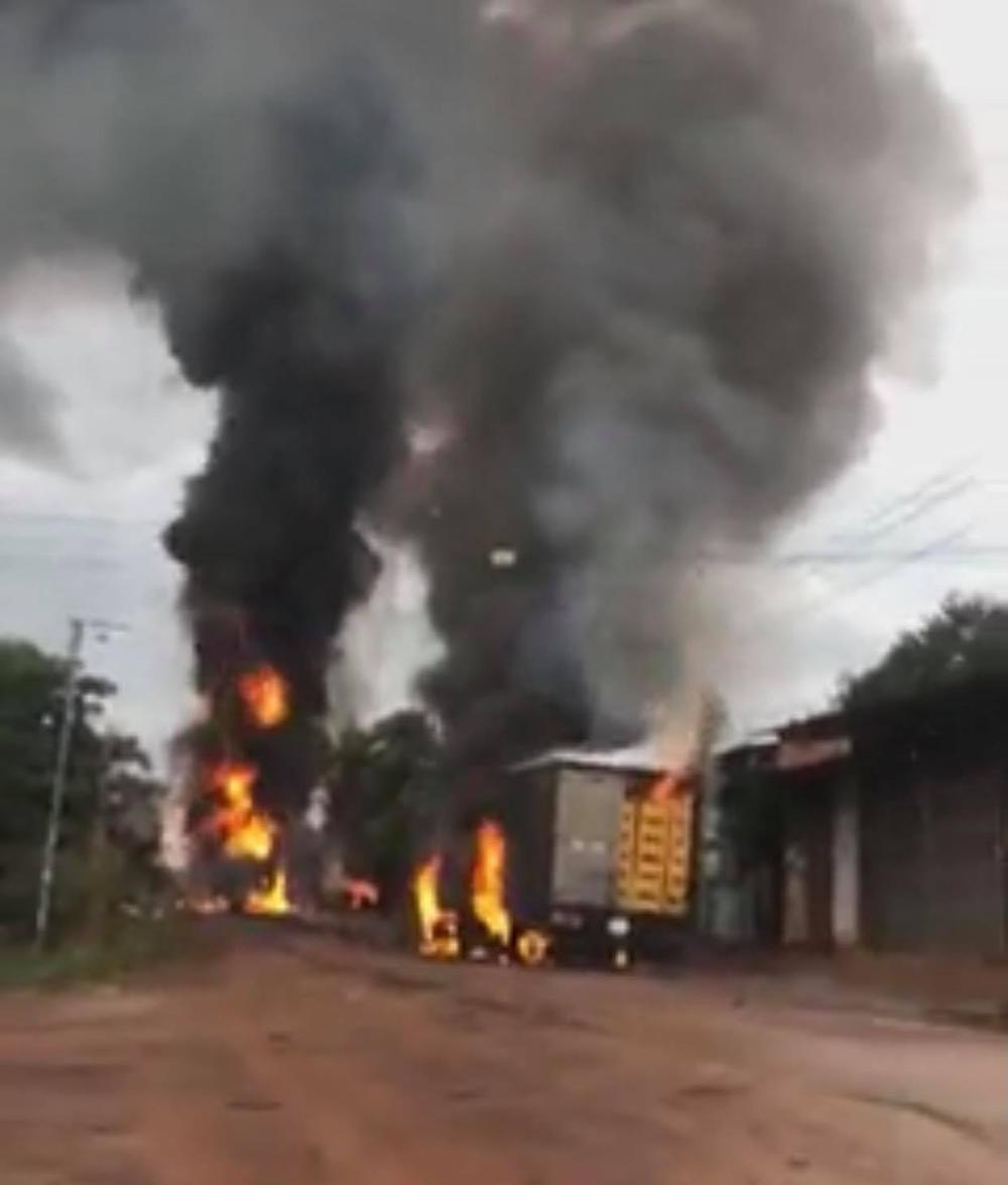 Nóng: Vừa tiếp xăng xong, xe bồn bốc cháy dữ dội rồi phát nổ lan sang xe tải ở Bình Phước - Ảnh 1.