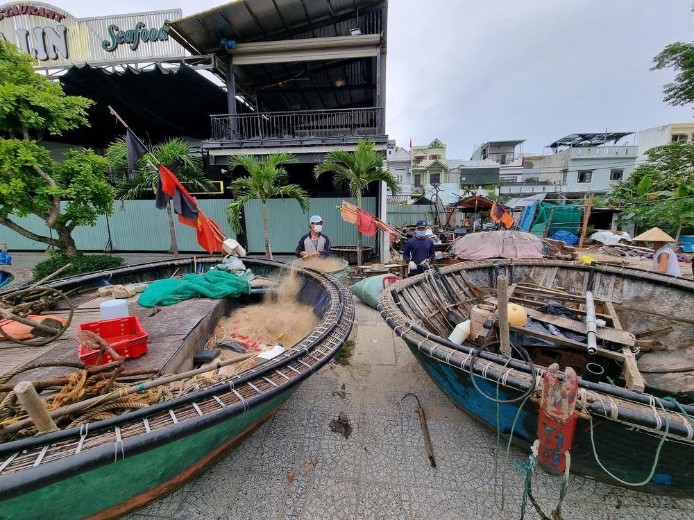 Ngư dân Đà Nẵng vừa chống dịch vừa ra sức chạy bão Côn Sơn - Ảnh 4.