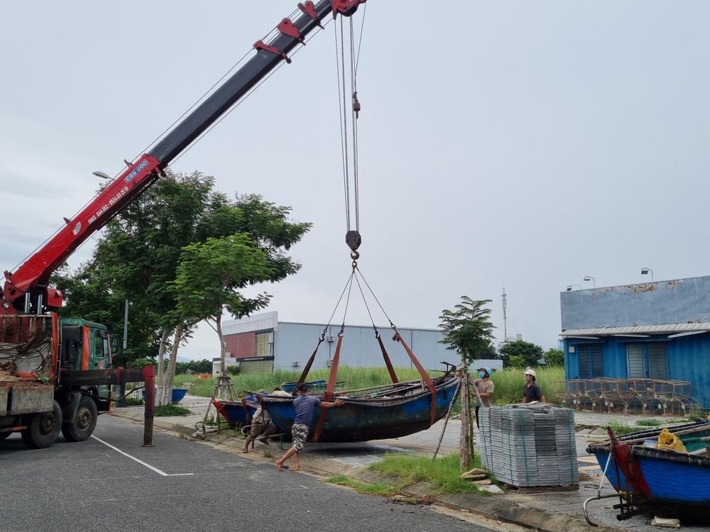 Ngư dân Đà Nẵng vừa chống dịch vừa ra sức chạy bão Côn Sơn - Ảnh 6.