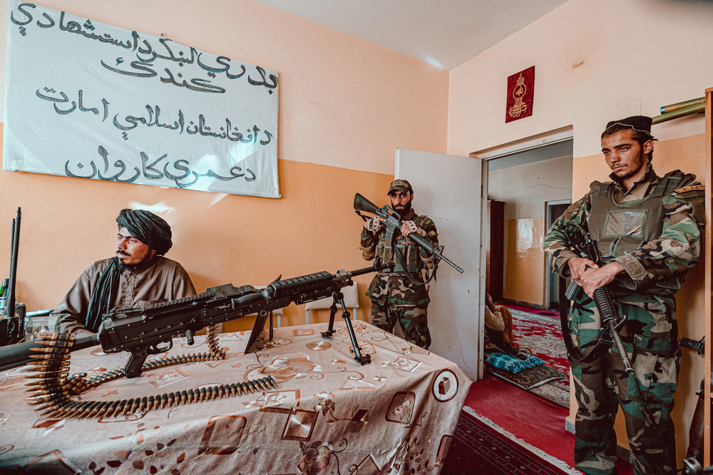 Lò đào tạo biệt kích Taliban đông khủng khiếp: Chiến binh khóc lóc, xếp hàng xin được chết! - Ảnh 3.