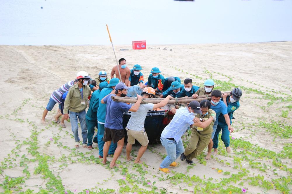 Ngư dân Đà Nẵng vừa chống dịch vừa ra sức chạy bão Côn Sơn - Ảnh 2.