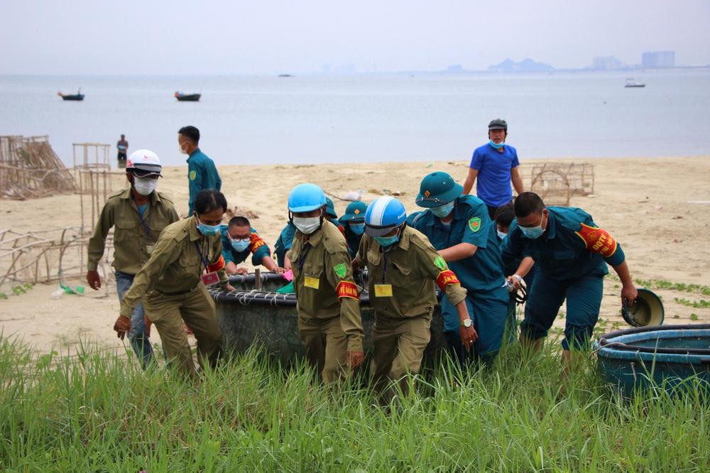 Ngư dân Đà Nẵng vừa chống dịch vừa ra sức chạy bão Côn Sơn - Ảnh 1.