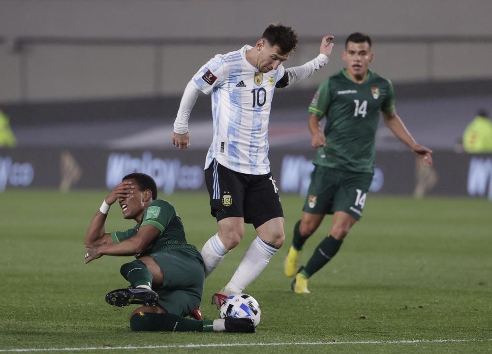 Messi bật khóc khi phá kỷ lục ghi bàn của huyền thoại Pele - Ảnh 1.