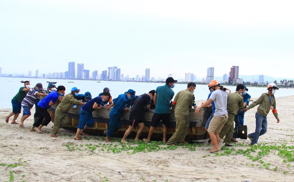 Ngư dân Đà Nẵng vừa chống dịch vừa ra sức chạy bão Côn Sơn