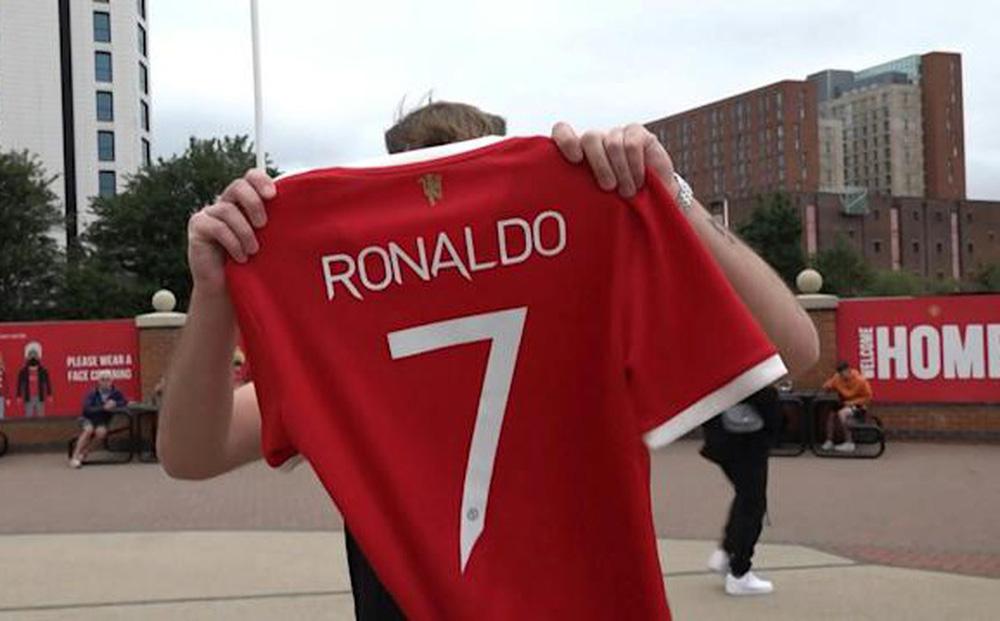 Áo đắt như tôm tươi, M.U thu đủ tiền mua Ronaldo