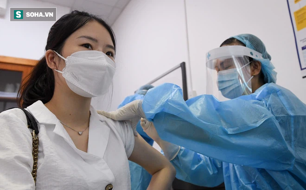 Hà Nội: Kỷ lục tiêm chủng hơn 400.000 liều một ngày, một quận sắp phủ vắc xin 100% người trên 18 tuổi