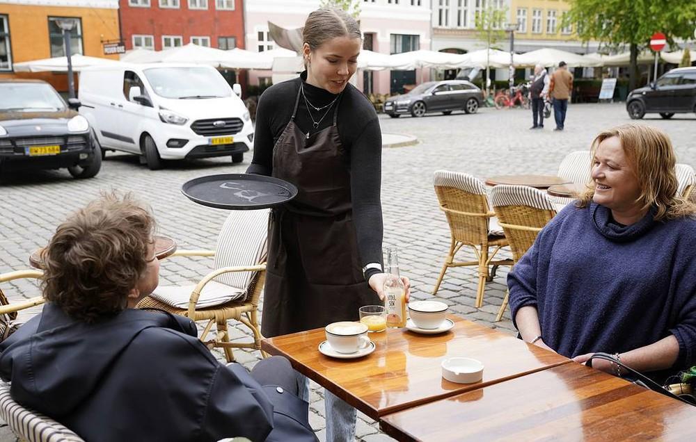 Vì sao Đan Mạch lập tức mở cửa, bỏ qua hộ chiếu vắc xin ở nội địa? - Ảnh 1.