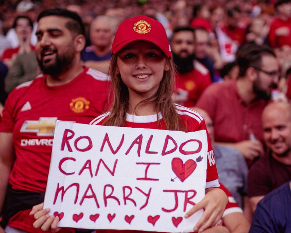 Fan nhí MU đòi cưới con trai cả Ronaldo - Ảnh 1.