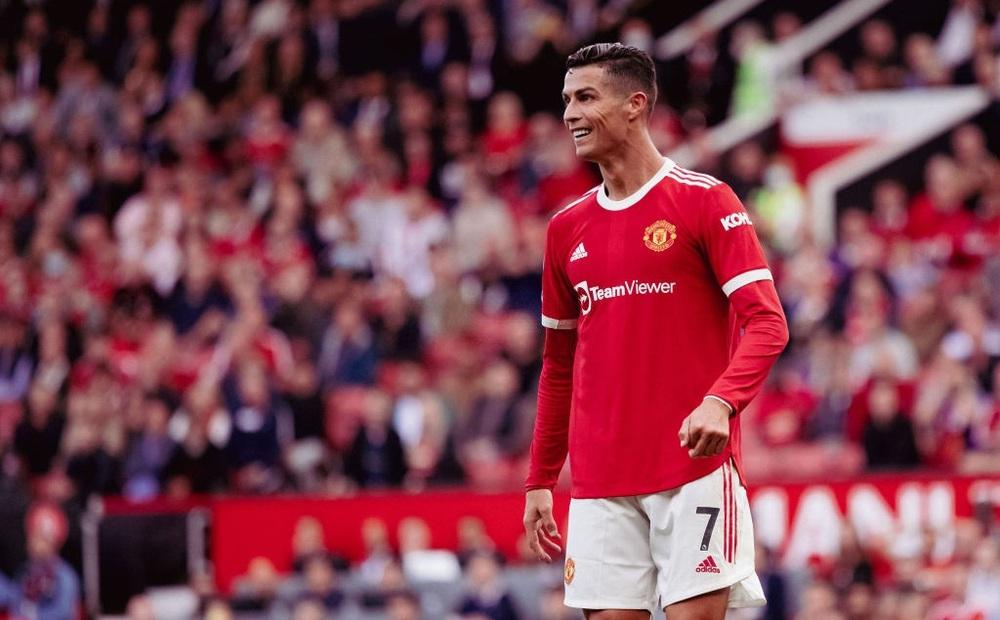 12 năm 124 ngày và sau lưng Ronaldo vẫn là cả biển người Old Trafford