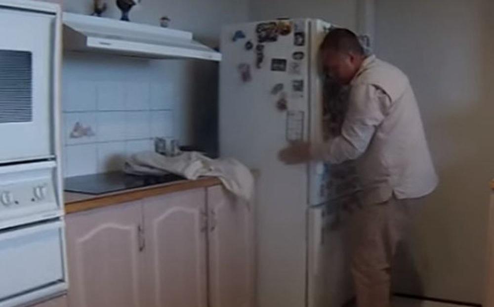 Thấy gầm tủ lạnh có tiếng động bất thường, vừa dịch ra để xem, cảnh tượng đập vào mắt khiến người đàn ông tái mặt vì sợ hãi