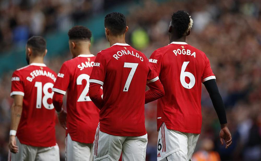 """Nhận vô vàn tung hô, Ronaldo """"tái mặt"""" vì hình ảnh đầy nhức nhối trên SVĐ Old Trafford"""