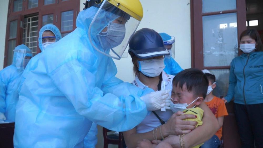 Dân phản ứng vì xét nghiệm Covid-19 cả trẻ em, Hà Nội yêu cầu rà soát để không tạo bức xúc trong dư luận - Ảnh 3.