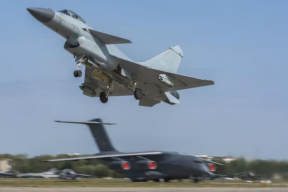 Báo Trung Quốc: J-10B bất ngờ đánh bại Su-35, Nga tái mặt - Ảnh 1.