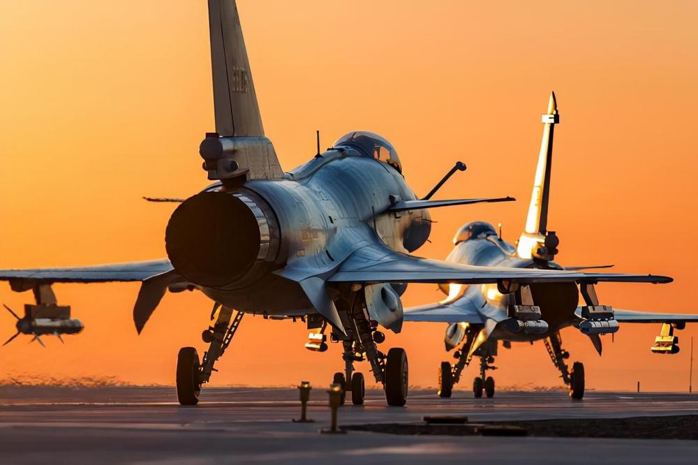 Báo Trung Quốc: J-10B bất ngờ đánh bại Su-35, Nga tái mặt - Ảnh 3.