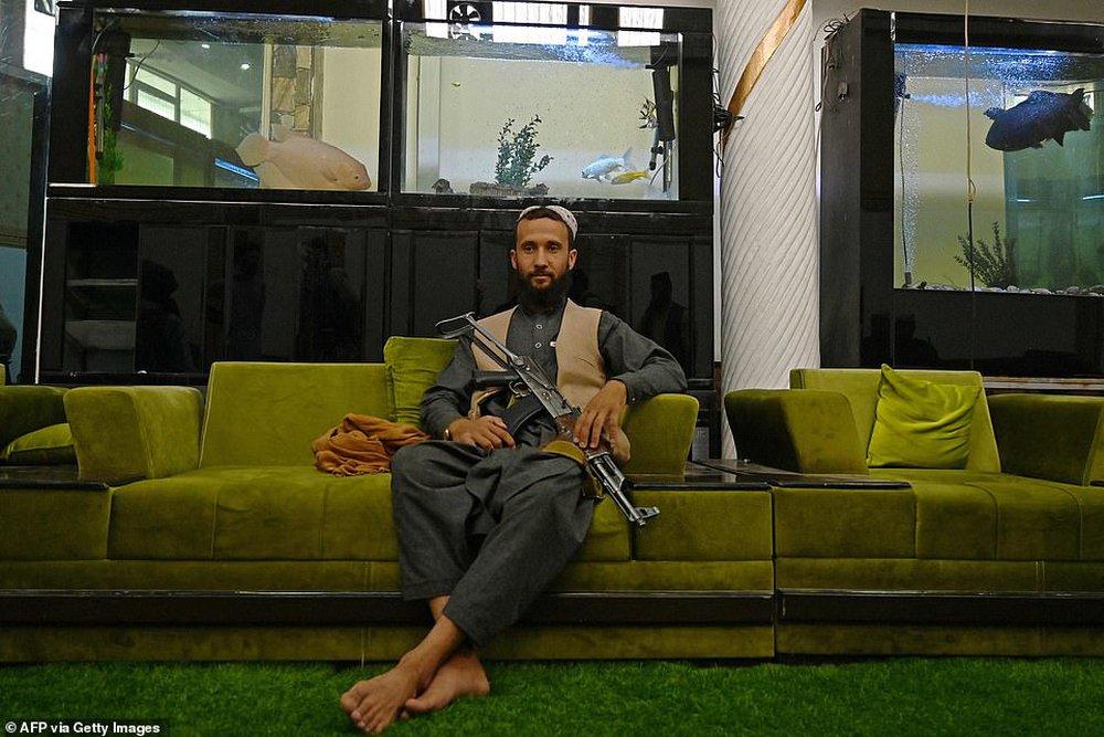 Taliban lác mắt vì cung điện xa hoa bậc nhất của cựu Phó tổng thống Afghanistan: Chỗ nào cũng sặc mùi tiền - Ảnh 6.