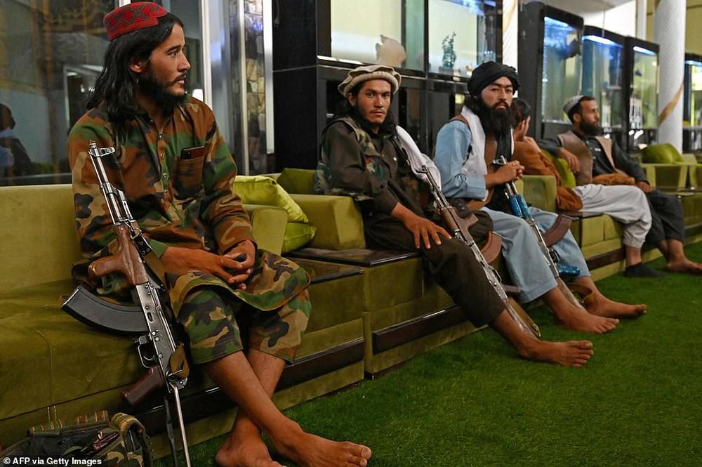 Taliban lác mắt vì cung điện xa hoa bậc nhất của cựu Phó tổng thống Afghanistan: Chỗ nào cũng sặc mùi tiền - Ảnh 7.