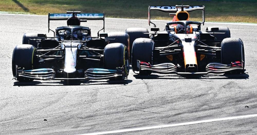 Tai nạn kinh hoàng: Hai tay đua cạnh tranh chức vô địch F1 húc nhau dữ dội, suýt gây ra thảm kịch - Ảnh 2.