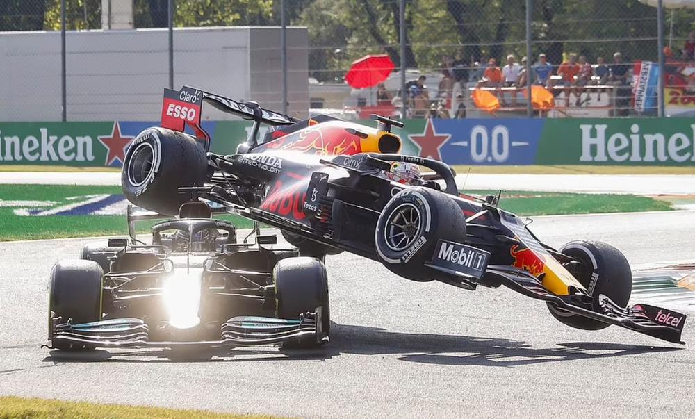 Tai nạn kinh hoàng: Hai tay đua cạnh tranh chức vô địch F1 húc nhau dữ dội, suýt gây ra thảm kịch - Ảnh 3.