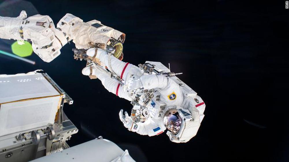 Chuyến đi bộ ngoài không gian của cặp đôi phi hành gia Pháp và Nhật Bản - Ảnh 1.