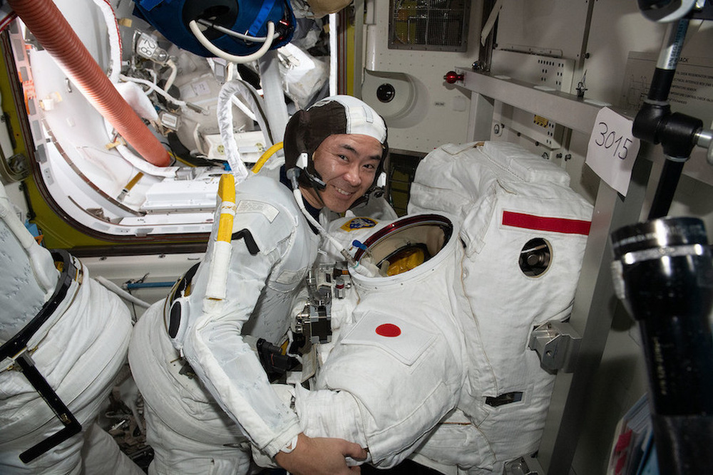 Chuyến đi bộ ngoài không gian của cặp đôi phi hành gia Pháp và Nhật Bản - Ảnh 2.