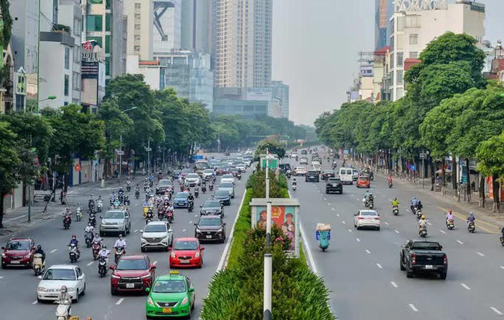 CLIP: Cảnh đường phố Hà Nội đông đúc trong ngày đầu tuần - Ảnh 12.