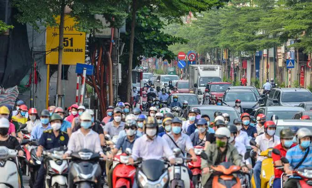 CLIP: Cảnh đường phố Hà Nội đông đúc trong ngày đầu tuần - Ảnh 9.