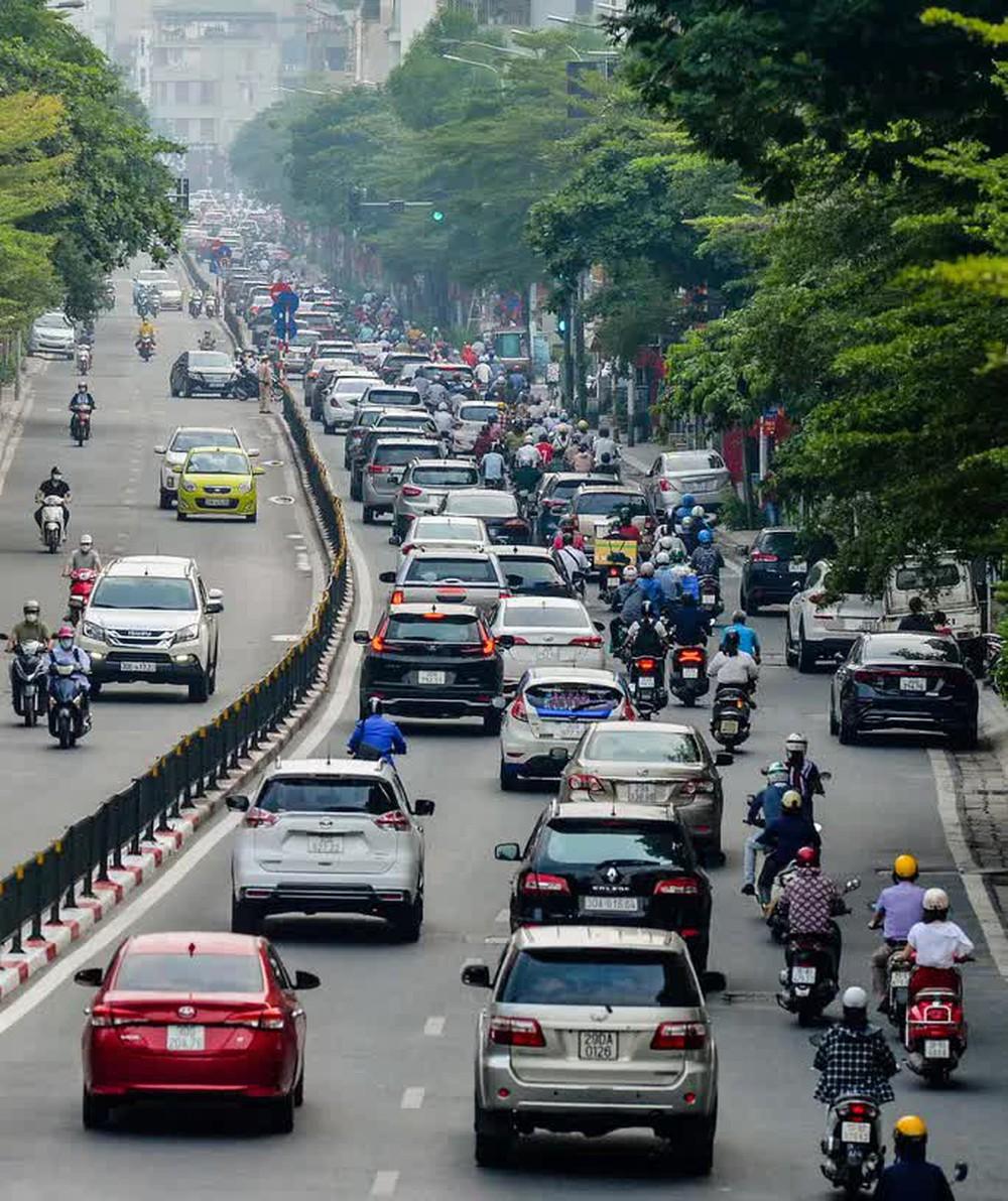 CLIP: Cảnh đường phố Hà Nội đông đúc trong ngày đầu tuần - Ảnh 11.