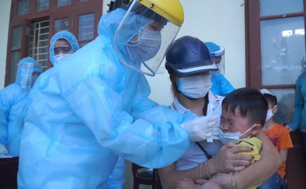 """Dân phản ứng vì xét nghiệm Covid-19 cả trẻ em, Hà Nội yêu cầu rà soát để """"không tạo bức xúc trong dư luận"""""""
