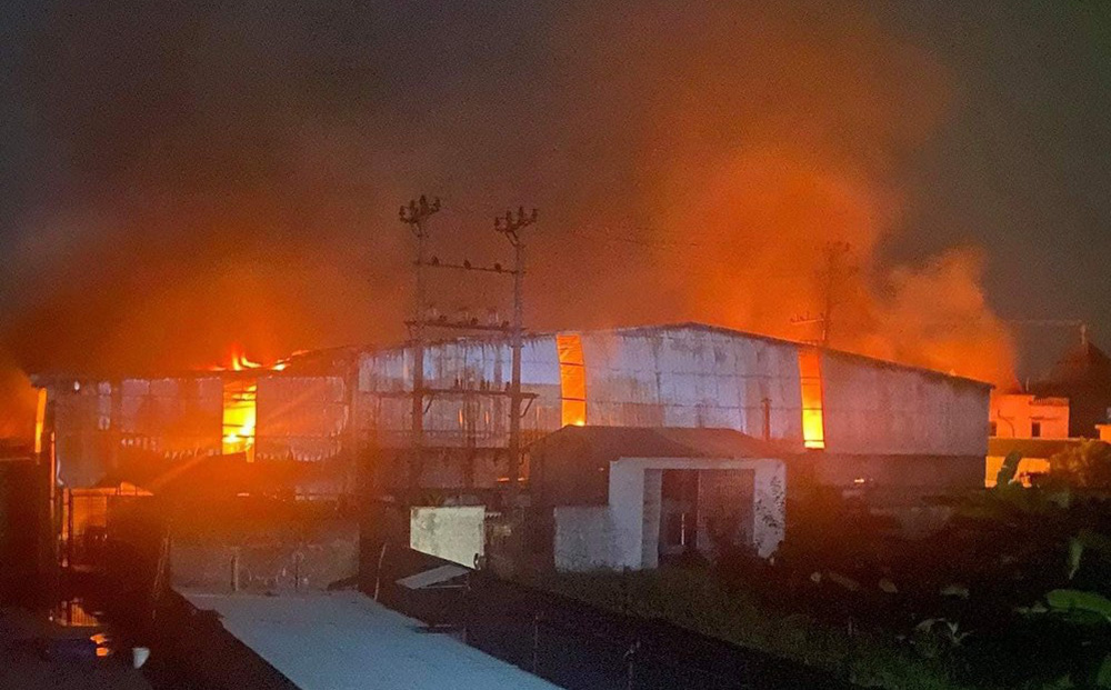 60 cảnh sát cùng 8 xe chuyên dụng dập lửa ở xưởng giấy rộng 1000m2