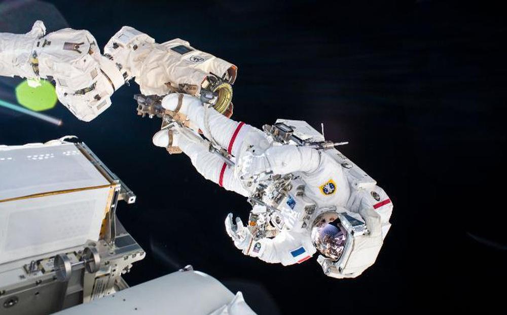 Chuyến đi bộ ngoài không gian của cặp đôi phi hành gia Pháp và Nhật Bản