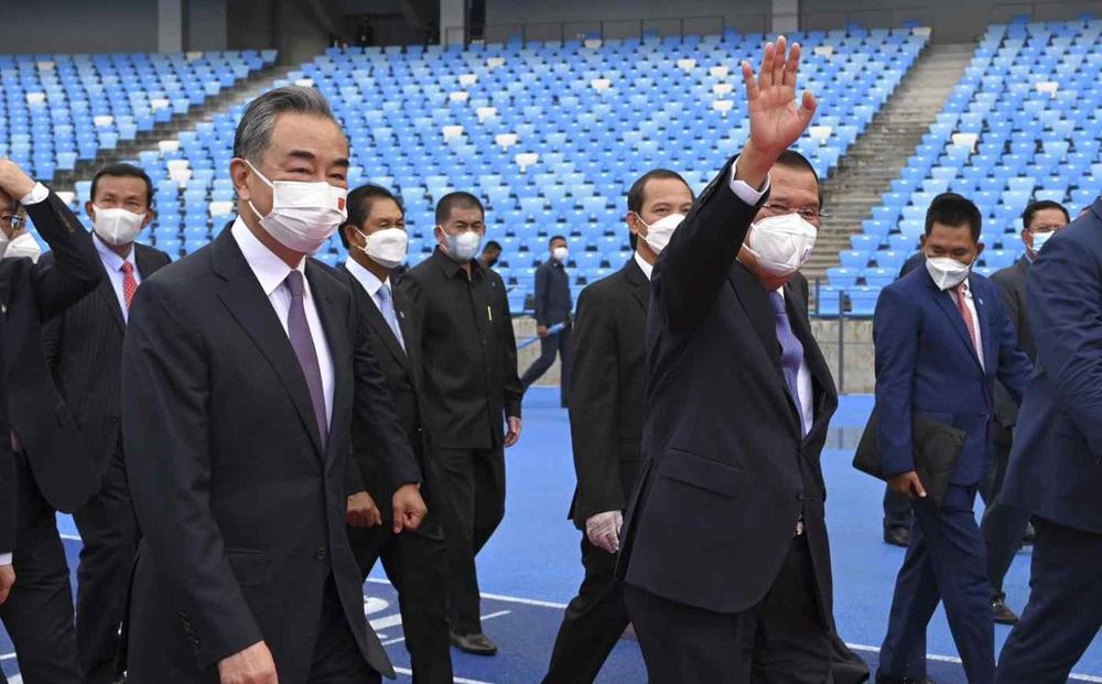 """Ông Vương Nghị mang """"quà"""": Thủ tướng Hun Sen tán dương Trung Quốc nhưng không quên """"các nước khác"""""""