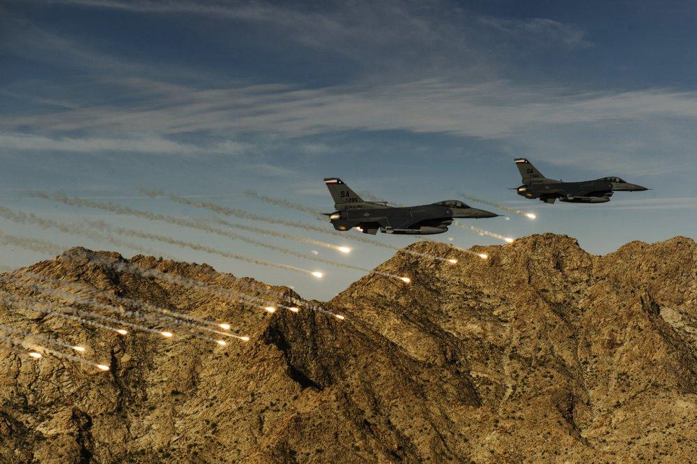 Phi công F-16 Mỹ bị tên lửa tấn công tới tấp: Pha thoát chết ngoạn mục đi vào lịch sử! - Ảnh 2.