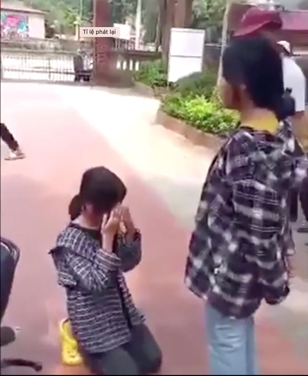 Nữ sinh bị anh trai của bạn tát liên tiếp, bắt quỳ gối ở sân trường xin lỗi - Ảnh 2.