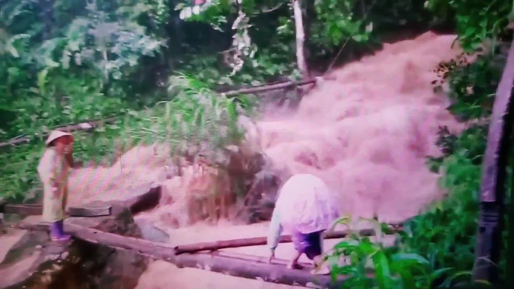 Cô giáo mầm non cõng con vượt lũ trên cây cầu tạm: Giờ xem lại clip thấy rợn người - Ảnh 1.