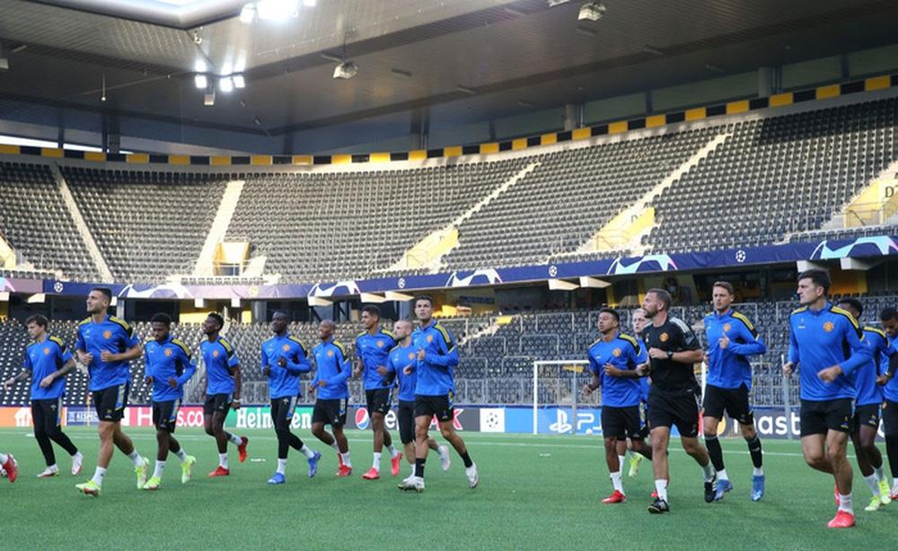 Đồng đội dán mắt theo dõi Ronaldo trình diễn skill trước trận đánh tiếp theo của MU ở Champions League - Ảnh 2.