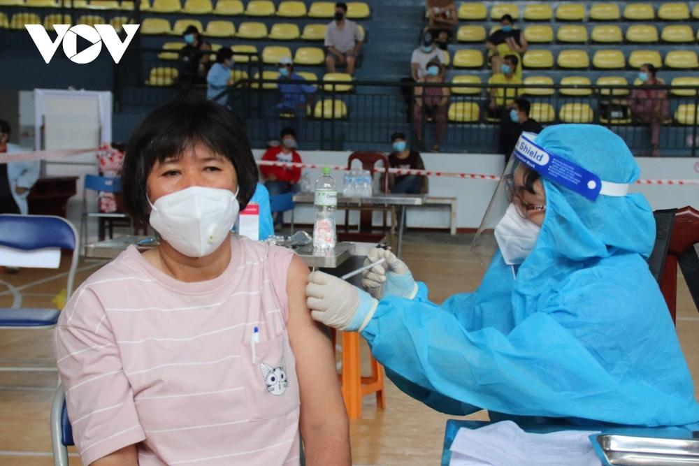 Người dânTP.HCMđi tiêm vaccine không cần thư mời, không cần đăng ký trước - Ảnh 2.