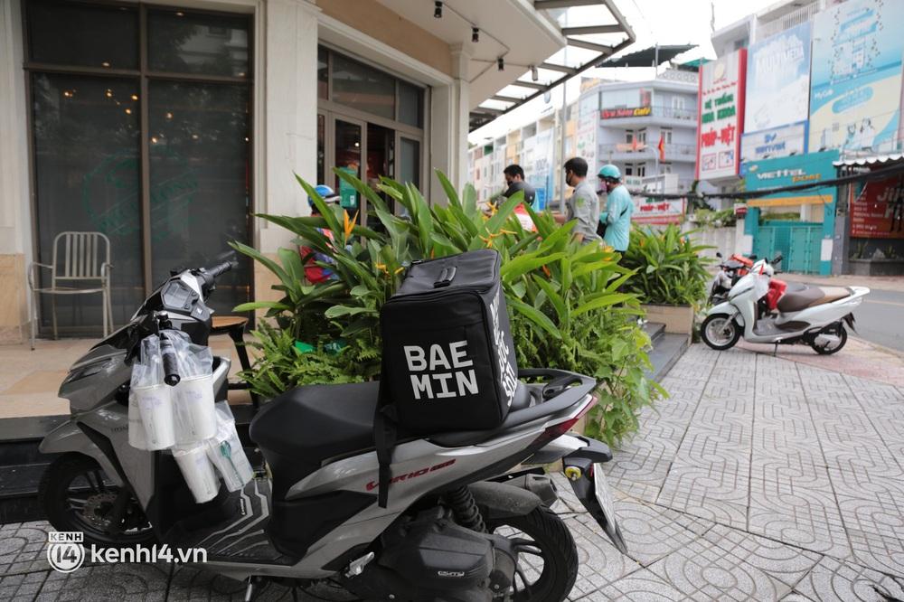Nhiều quán ăn uống ở Sài Gòn cùng mở bán trở lại: Bún bò bán 300 tô/ngày, shipper xếp hàng mua trà sữa - Ảnh 12.