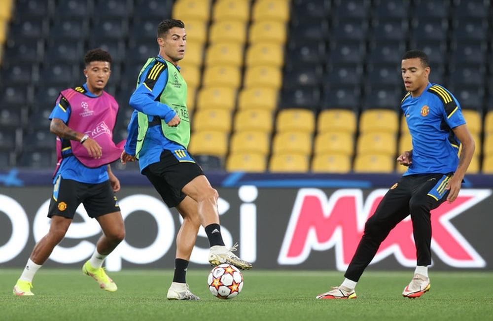 Đồng đội dán mắt theo dõi Ronaldo trình diễn skill trước trận đánh tiếp theo của MU ở Champions League - Ảnh 6.