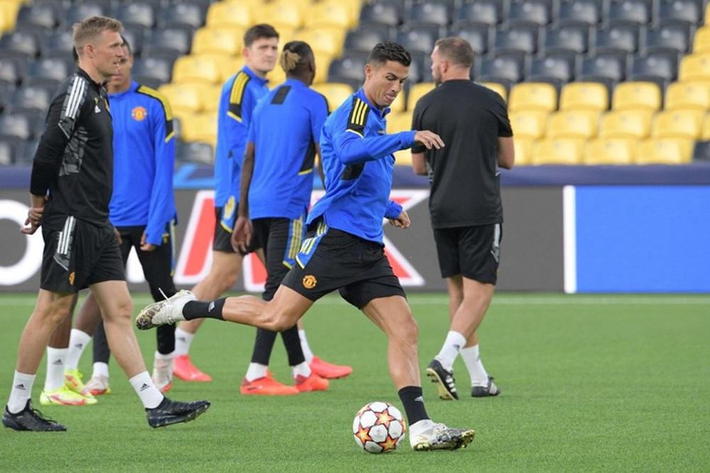 Đồng đội dán mắt theo dõi Ronaldo trình diễn skill trước trận đánh tiếp theo của MU ở Champions League - Ảnh 9.