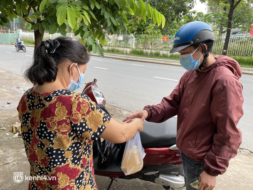 Nhiều quán ăn uống ở Sài Gòn cùng mở bán trở lại: Bún bò bán 300 tô/ngày, shipper xếp hàng mua trà sữa - Ảnh 10.